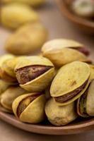 close-up van pistachenoten op een houten lepel foto