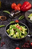 komkommers gewokt met tomaten in een koekenpan