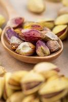 noten in een houten lepel foto