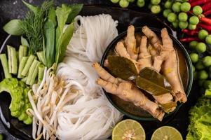rijstnoedels en kippenpoten met saus