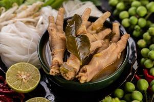 rijstnoedels en kippenpoten foto