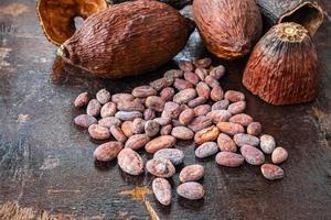 cacaobonen op een donkere houten tafel foto