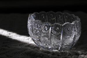 een kristallen schaal wordt verlicht door zonnestraal foto