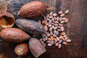 cacaobonen op een tafel foto