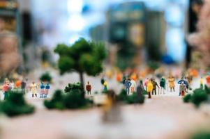 kleine miniatuurmensen in de stad foto