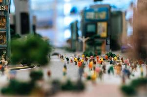 kleine mensen lopen op straat foto