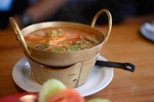 cha-om zure soep met garnalen in de pot foto