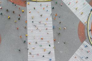 bovenaanzicht van kleine mensen die op straat lopen