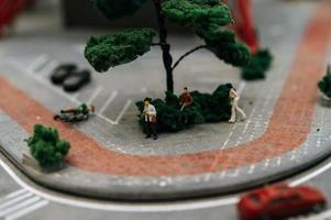 close-up van miniatuur lopende mensen