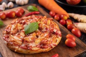 zelfgemaakte gesneden pizza foto