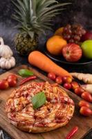zijaanzicht van zelfgemaakte pizza foto