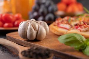 knoflook, basilicum en peperzaadjes foto