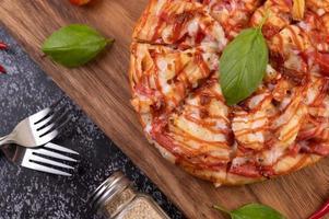 bovenaanzicht van pizza met chili en tomaten foto