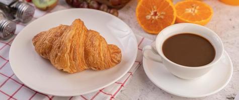 croissant met koffie foto