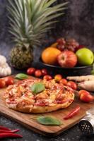basilicum en pepers op pizza foto