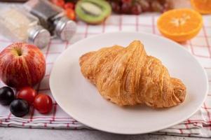 croissant met fruit foto