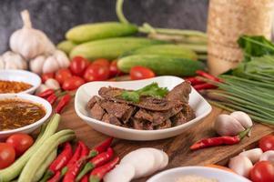 gegrilde varkenslever en ingrediënten foto