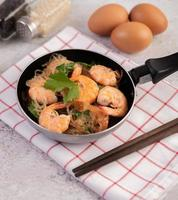 glasnoedels en garnalen in een koekenpan foto