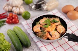 thaise gebakken garnalen in een koekenpan foto