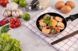 thaise gebakken garnalen in een pan foto