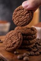 koekjes met koffiebonen op een houten bord