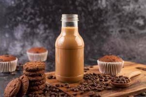 koekjes met koffiebonen en melk foto