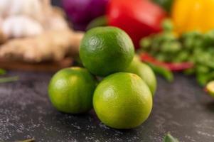 close-up van een stapel limoenen foto
