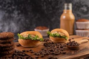 hamburgers op een snijplank foto