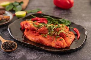 gemarineerd varkensvlees met chilipepers foto