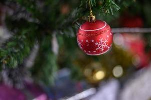 close-up van een rode kerstboom ornament foto