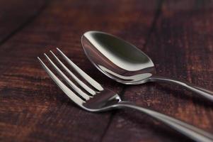 RVS vork en lepel op een houten tafel