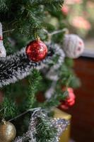 close-up van een rode kerstboom ornament