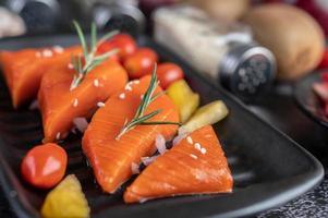 rauwe zalmfilet met peper, kiwi, ananas en rozemarijn foto
