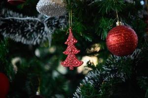 close-up van kerstboomversieringen foto
