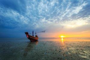 zonsondergang op het eiland van samui, thailand foto