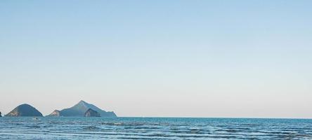 panoramisch uitzicht op een blauwe zee foto