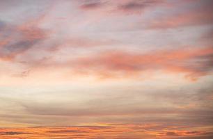 kleurrijke hemel bij zonsondergang foto