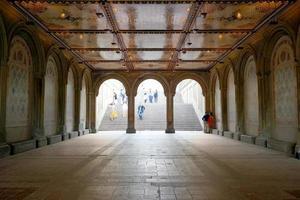 New York City, NY, 2020 - mensen lopen op trappen en een onderdoorgang foto
