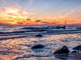 zonsondergang over een strand foto
