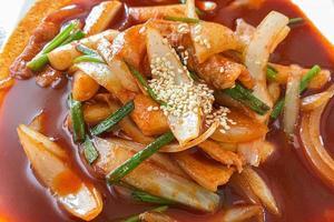 close-up van een pittig gerecht met rode saus foto