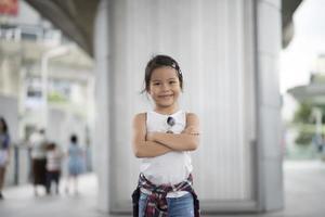slim meisje dat zich in de stad bevindt foto