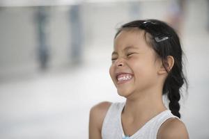 schattig klein meisje lachen in de stad