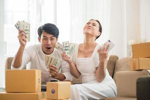 gelukkig paar thuiskantoor met online zaken foto