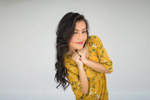 portret van een vrouw in een gele jurk foto