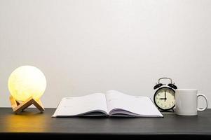 boek en lamp op tafel