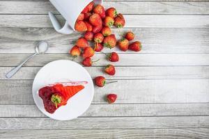 kopje aardbeien met een cake