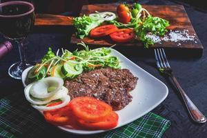 gegrilde biefstuk en rode wijn op tafel