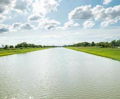 rivier door een groen veld foto