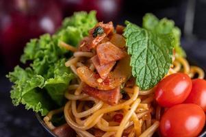 spaghetti met tomaten en sla foto