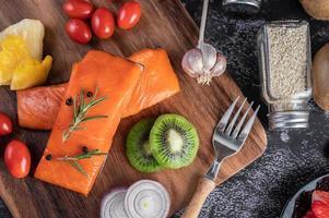 rauwe zalmfilets met peper, kiwi, ananas en rozemarijn foto